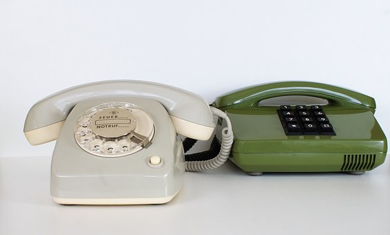 alte Telefone in grün und weiß